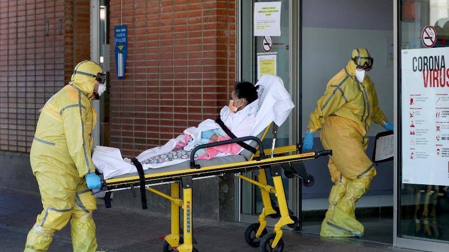 Profissionais de saúde transferem paciente de ambulância para hospital em Leganés, na Espanha - SUSANA VERA