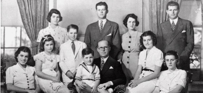 Foto da família Kennedy, em 1938, no estado de Nova York. Da esq. para dir., sentados: Eunice; Jean; Edward, sentado no colo do pai, Joseph Kennedy; Patricia e Kathleen. De pé, da esq. para dir., Rosemary, Robert, John, Rose Fitzgerald Kennedy e Joseph P. Kennedy - Reprodução/Folha/Associated Press