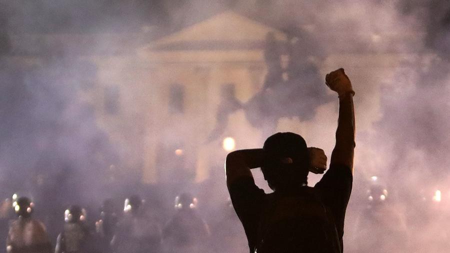 31.mai.2020 - Manifestante protesta em frente à Casa Branca - Getty Images