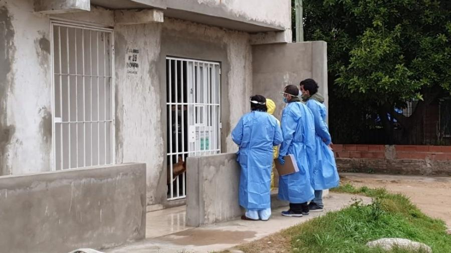 Profissionais de saúde visitaram residências em comunidade pobre de Buenos Aires para prevenir e diagnosticar casos do novo coronavírus - Divulgação/Província de Buenos Aires