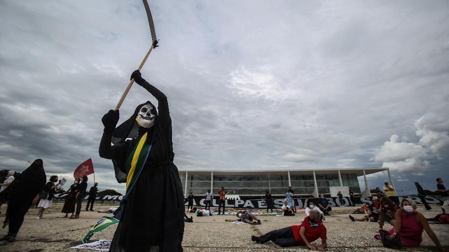 Manifestantes empunhando cartazes realizam um ato pela vacinação e pelo impeachment do presidente Jair Bolsonaro (sem partido), em frente ao Palácio do Planalto, em Brasília - Gabriela Biló/ESTADÃO CONTEÚDO