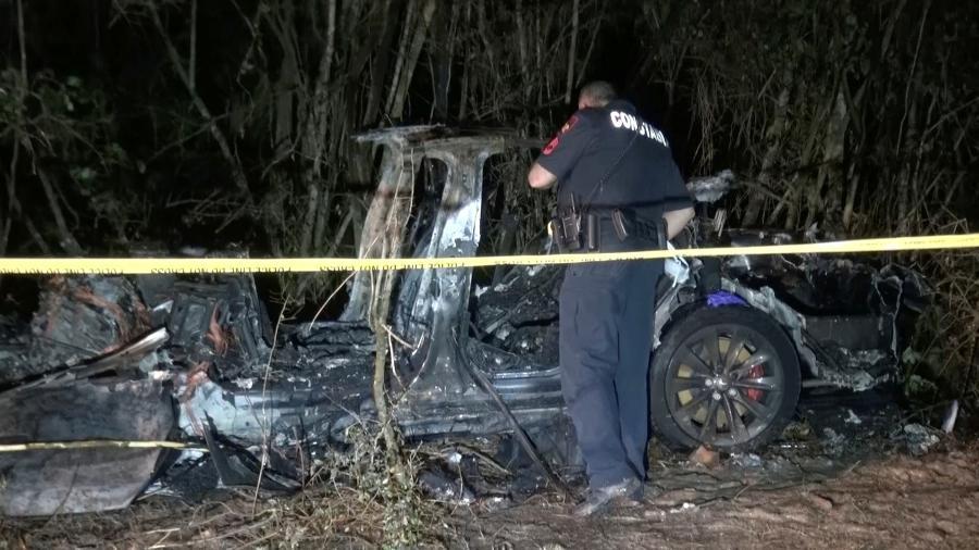 17.abr.2021 - Carro Tesla destruído após bater em uma árvore em Houston, no Texas. Duas pessoas morreram - REUTERS