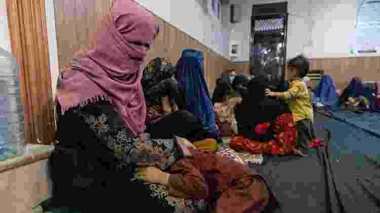 Mulheres com crianças buscam refúgio em mesquita em Cabul - Getty Images - Getty Images