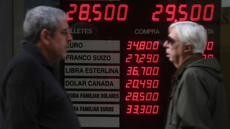 Trocar dinheiro e enviar remessas pode ser desfavorável para algumas pessoas - Getty Images