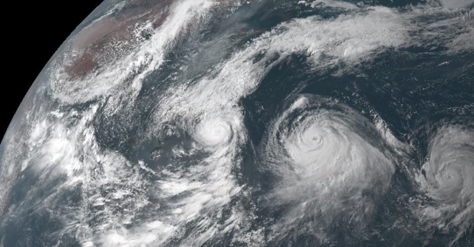 8.jul.2015 - Satélite meteorológico flagra tufões Linfa (à esquerda), Chan-hom (ao centro) e Nangka (à direita) próximos ao Japão. O país iniciou a operação do novo satélite Himawari-8, o primeiro que pode capturar imagens em cores da Terra