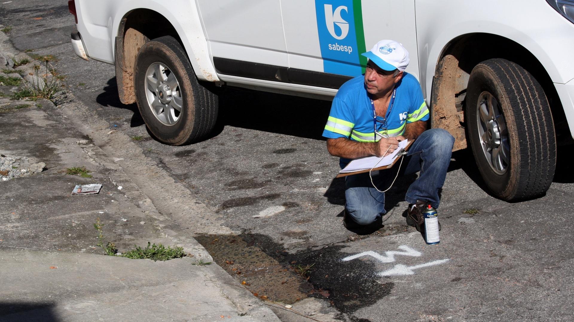 14.jul.2015 - O motorista da Sabesp Marinho Araújo Souza, 59, percorre ruas da região metropolitana de SP em busca de vazamentos no tempo livre entre uma viagem e outra do superintendente da empresa na zona leste de São Paulo. Na imagem, Marinho nota um vazamento na rua Morename, e registra o local