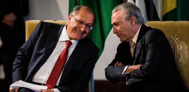 """""""O importante é que o PSDB vai apoiar as reformas. Se vai preservar os ministérios, não importa"""", diz Alckmin (à esq.)"""