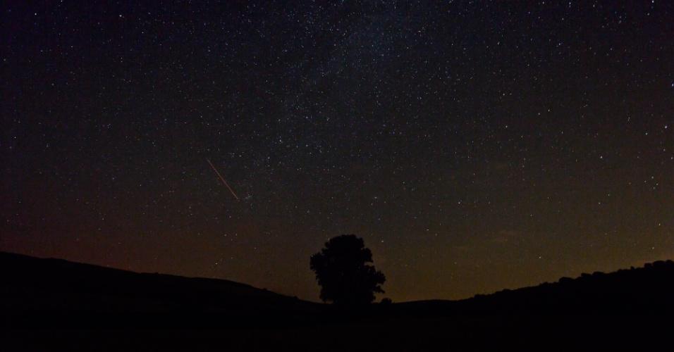 11.ago.2015 - Meteoro ilumina céu escuro em fotografia tirada próximo à província de Burgos, no norte da Espanha. Pela primeira vez desde 2007, a chuva das Perseidas irá coincidir com a ausência de luar, o que favorece as condições de observação