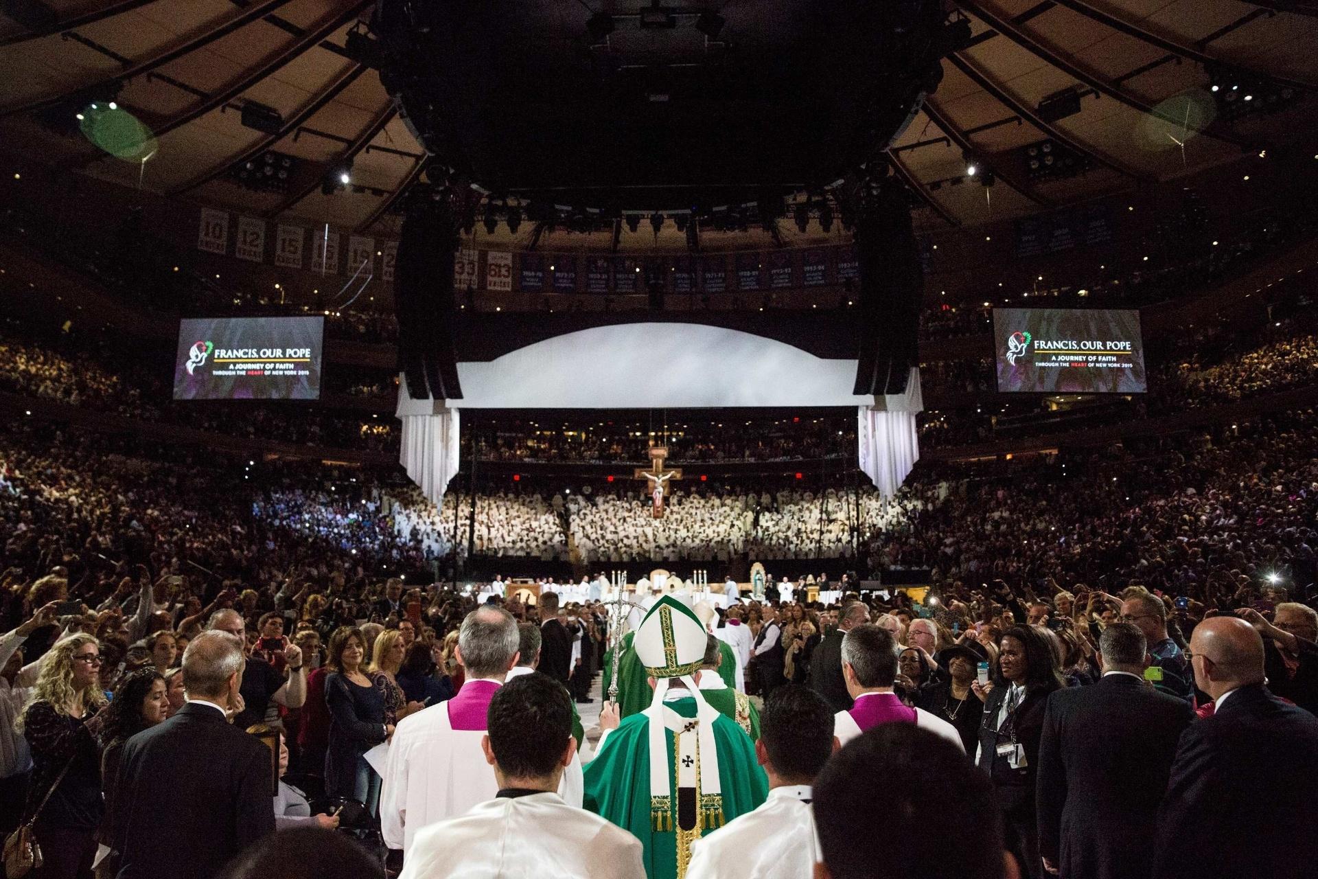 25.set.2015 - Papa Francisco lidera missa para mais de 20 mil pessoas no Madison Square Garden, em Nova York