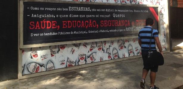 """""""Amiguinho, e quem disse que quero só roupas? Quero: saúde, educação, segurança e cultura"""" diz cartaz - Carlos Eduardo Cherem/UOL"""