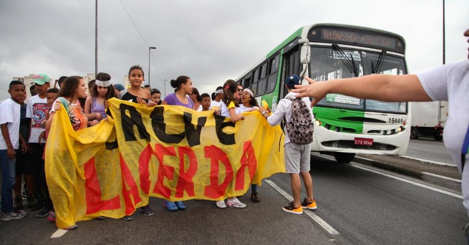 9.out.2015 - Estudantes protestam na zona leste de São Paulo contra a reestruturação de escolas públicas. Outro ato foi realizado na avenida Paulista, centro da cidade. No fim de setembro, o Governo de SP anunciou mudanças na rede estadual. A previsão é que 1 milhão de alunos sejam transferidos para o ano letivo de 2016