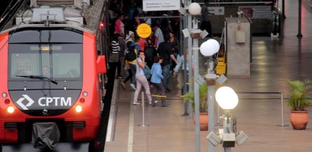 Passageiros embarcam e desembarcam na estação da Luz, no centro de São Paulo