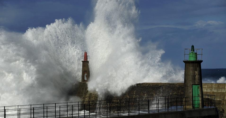 Mar bravio em Viavelez, ao norte da Espanha, neste sábado (2)