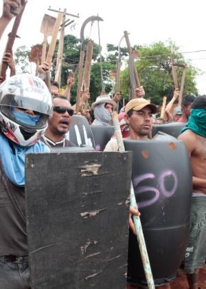 Moradores de Vila Soma protestam armados com facões