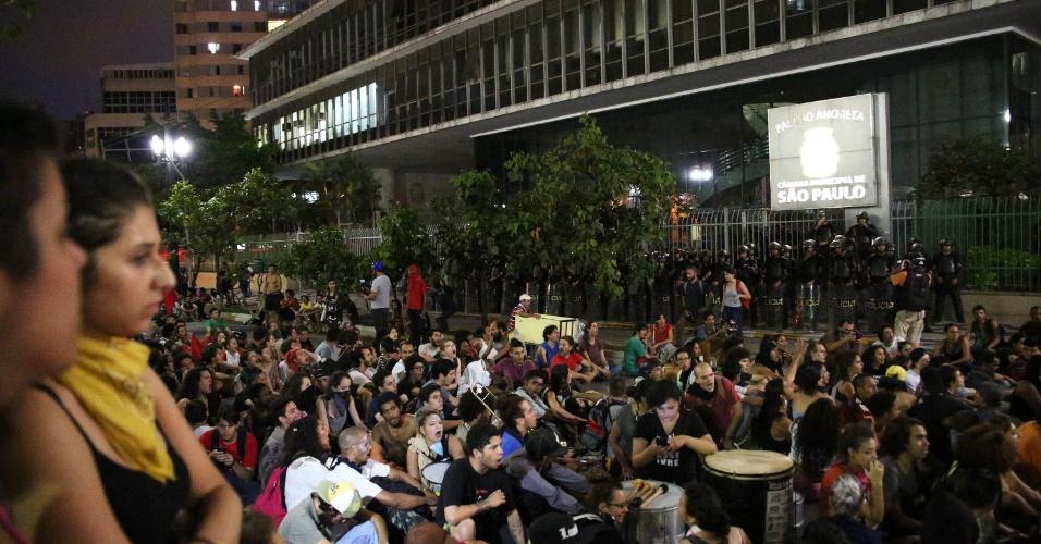 26.jan.2016 - Protesto contra aumento da passagem do transporte público terminou de forma pacífica na Câmara Municipal de São Paulo. Grupo já marcou nova manifestação para esta quinta-feira (28), partindo do Largo do Paissandu em direção à prefeitura
