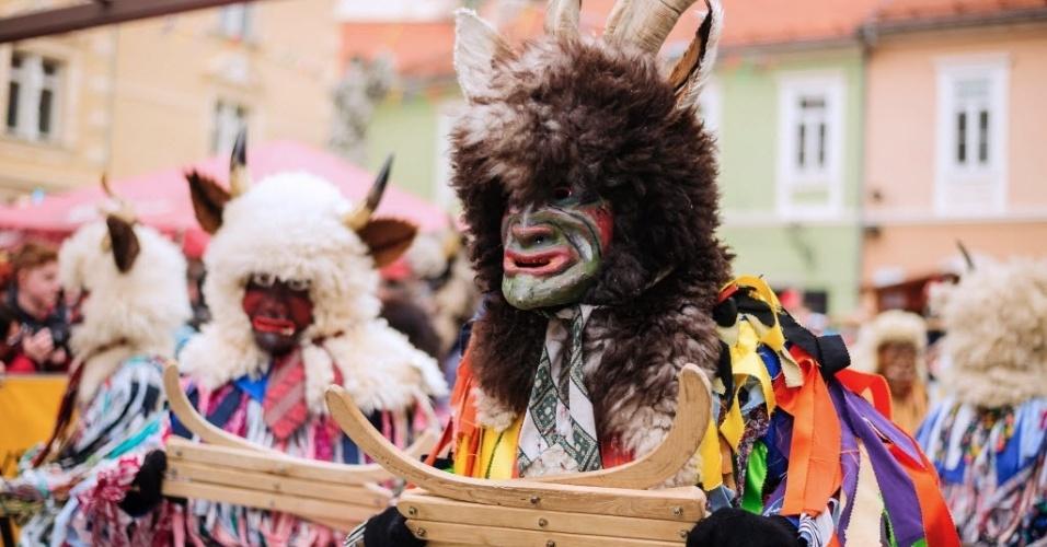 PTUJ, ESLOVÊNIA - Vestindo o tradicional 'Pustje Esloveno', foliões pulam carnaval em Ptuj, na Eslovênia