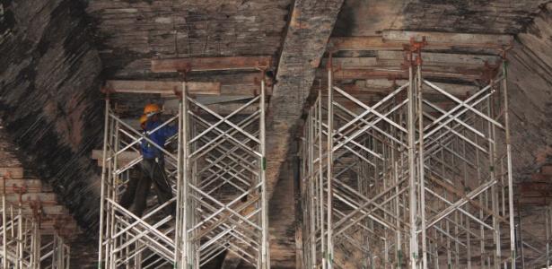 Homens trabalham na estrutura do viaduto Santo Amaro, após acidente na véspera