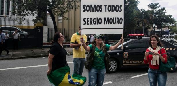 4.mar.2016 - Manifestante exibe cartaz em favor do juiz federal Sérgio Moro em frente à sede da Polícia Federal, em São Paulo