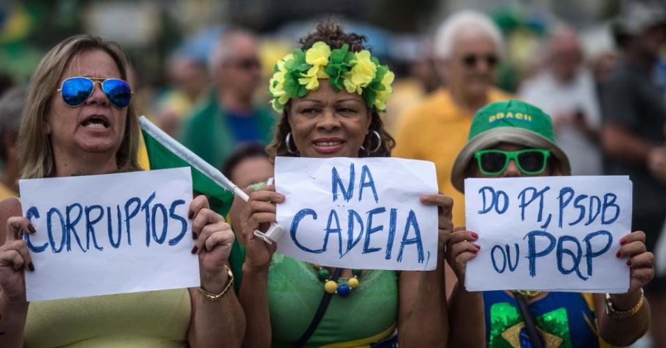 Essas mulheres foram à praia de Copacabana, na zona sul do Rio de Janeiro. Nos cartazes, elas pedem a prisão de todos os políticos envolvidos em corrupção, citando o PT e o principal partido da oposição, o PSDB