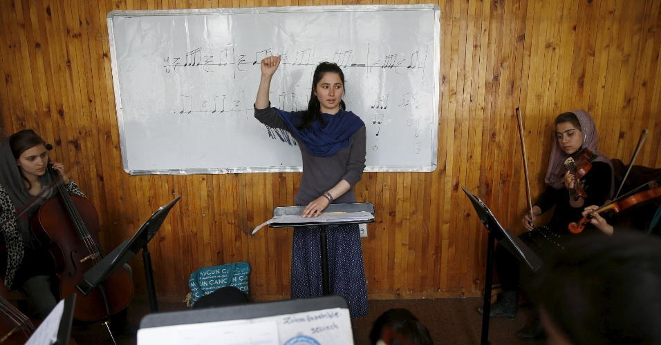 """18.abr.2016 - Negin Ekhpulwak é de Kunar, no leste do país, e começou a tocar piano escondida. O primeiro a se inteirar do talento dela foi o pai, que sempre a apoiou. """"Além do meu pai, todo mundo na minha família é contra isso. Ele dizem: 'Como pode uma garota Pashtun tocar música?', principalmente na nossa tribo que nem os homens têm o direito de tocar instrumentos musicais"""", conta em entrevista à Reuters"""