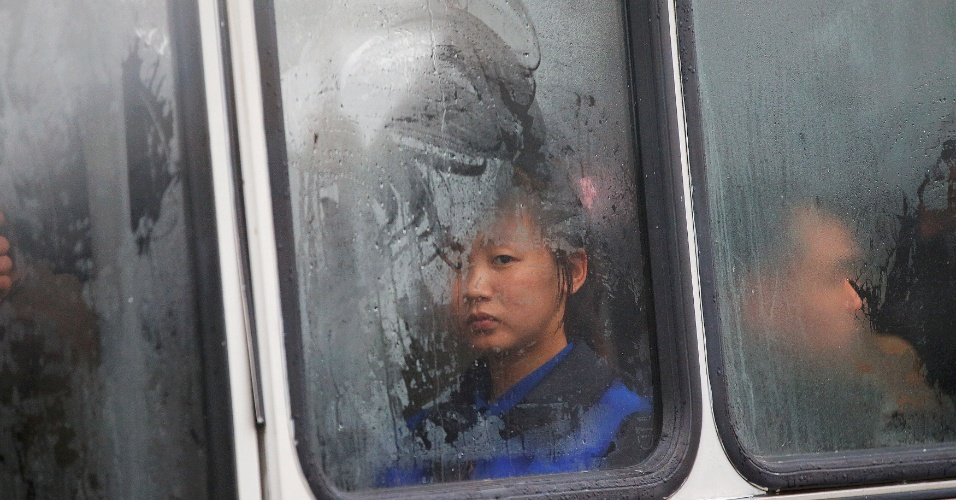 6.mai.2016 - Moradora observa trajeto de ônibus em Pyongyang, próximo à Casa de Cultura 25 de Abril, sede do Congresso do Partido dos Trabalhadores da Coreia do Norte. Começou nesta sexta o 7º Congresso do partido que comanda a Coreia do Norte há seis décadas. O evento não era realizado há 36 anos