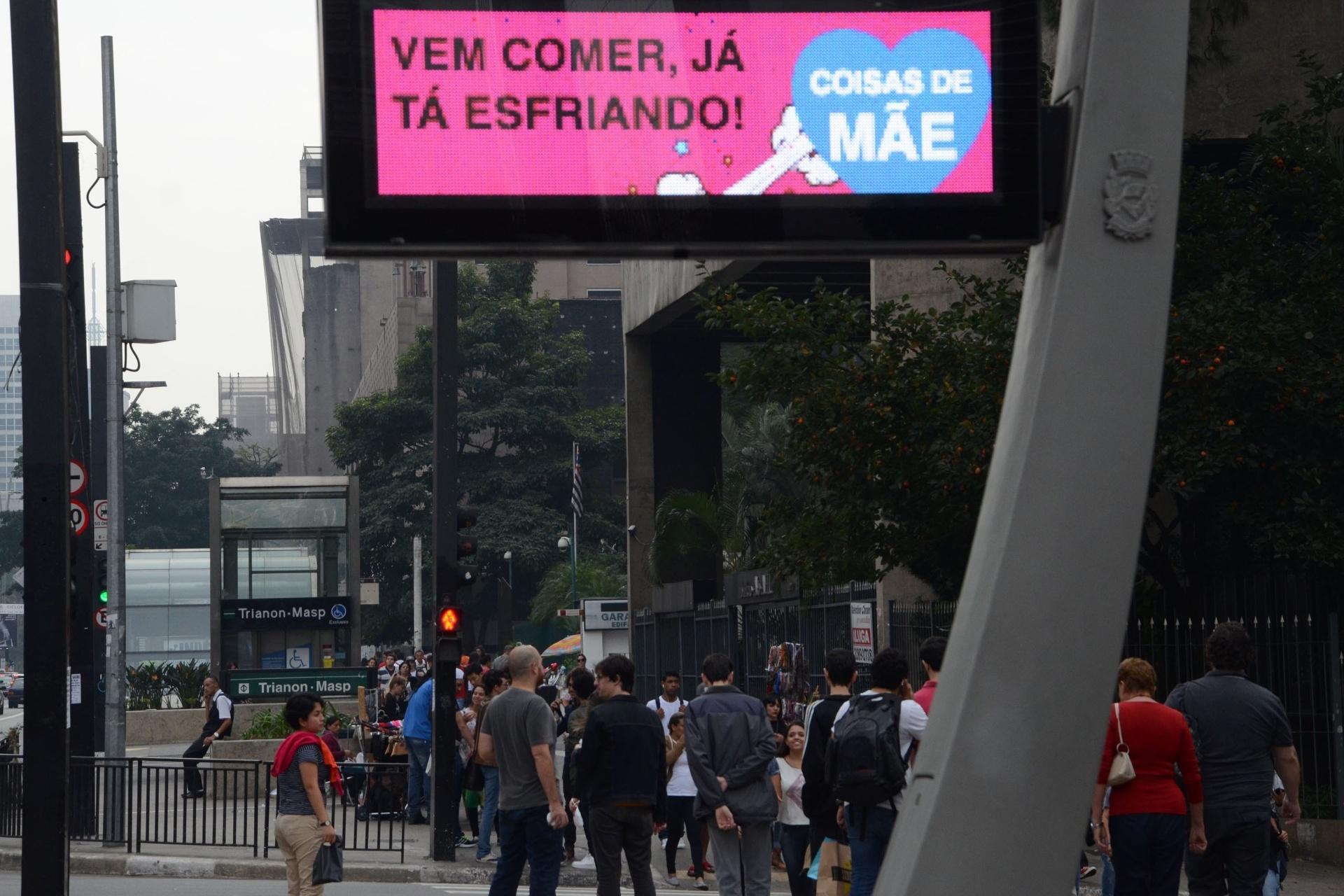 """7.mai.2016 - Com frases como """"Vem comer, já está esfriando"""" ou """"Juízo, hein"""", os relógios de rua de São Paulo homenageiam as mães paulistanas"""