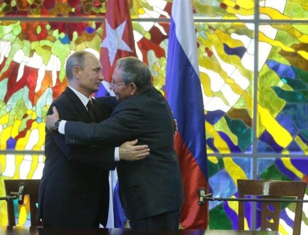 3.jun.2016 - Em imagem de julho de 2014, o presidente da Rússia, Vladimir Putin (à esq.), cumprimenta o líder de Cuba, Raúl Castro, em Havana. Castro completa hoje 85 anos