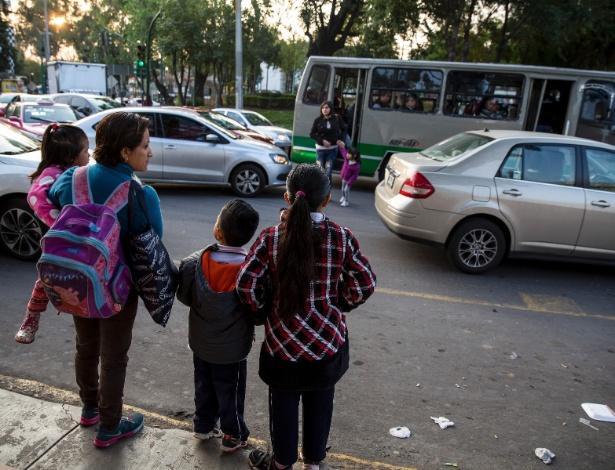 Passageiros esperam por transporte público na Cidade do México, onde alguns deslocamentos podem durar horas