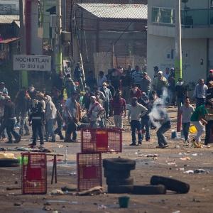 Polícia usa gás lacrimogêneo contra professores em protesto no México