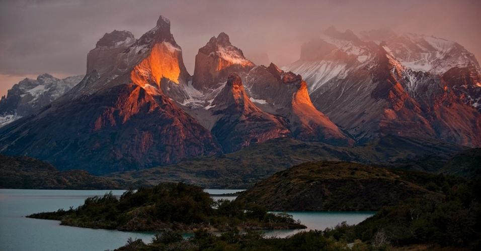 27.jun.2016 -  Amanhecer nos Cuernos del Paine e lago Pehoe, na Patagônia chilena
