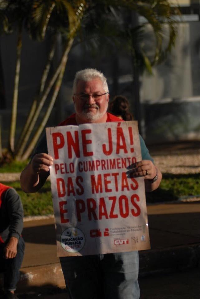 Profissionais da educação realizam protesto em frente ao MEC