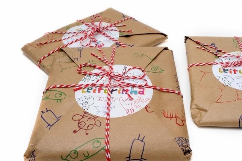 Pacote enviado pelo  Leiturinha, clube de assinatura de livros infantis, para as crianças