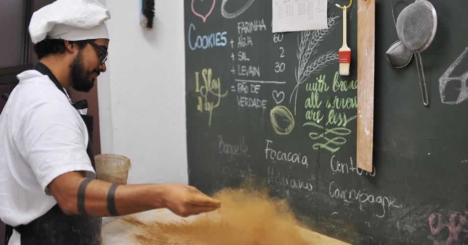 Funcionário prepara massa de pão na Beth Bakery, na Vila Mariana, na zona sul de São Paulo, que produz pães, bolos e cookies caseiros