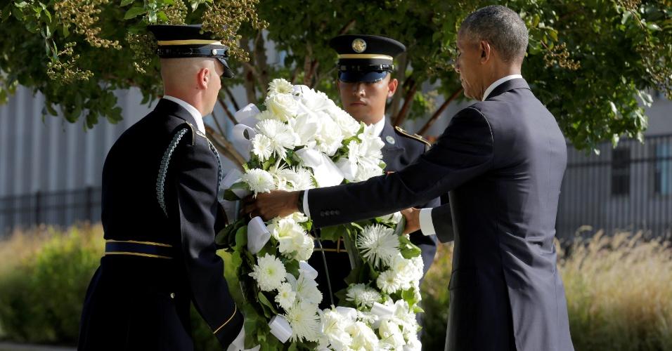 """11.set.2016 - O presidente dos EUA, Barack Obama, homenageia os mortos com uma coroa de flores em cerimônia que marca o 15º aniversário dos ataques de 11 de setembro, no Pentágono, em Washington. No local, Obama pontuou que a diversidade do país vencerá o medo do terrorismo. """"Nossa diversidade, nossa herança multicultural, não é uma fraqueza. Ainda é e sempre será uma de nossas grandes forças"""", disse. Os atentados cometidos pela Al-Qaeda deixaram 2.753 mortos em Nova York, 184 no Pentágono e 40 na Pensilvânia"""