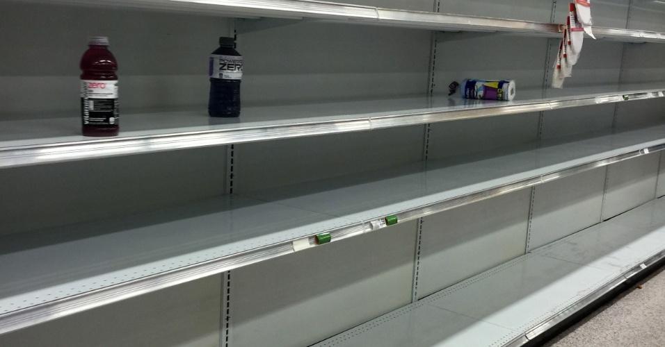 6.out.2016 - Prateleiras de supermercado ficam vazias em Orlando, na Flórida, diante da expectativa de chegada do furacão Matthew