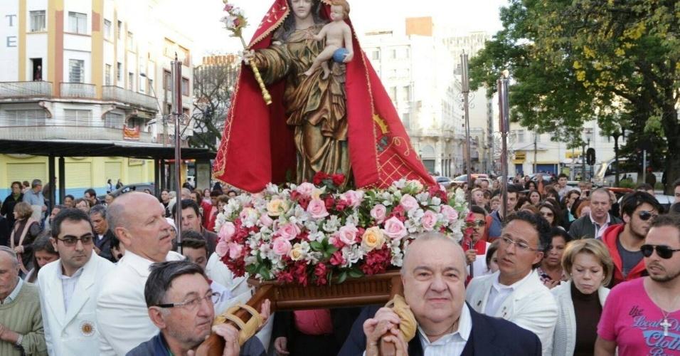 8.set.2016 - Greca leva o andor com a imagem de Nossa Senhora da Luz, padroeira da capital paranaense