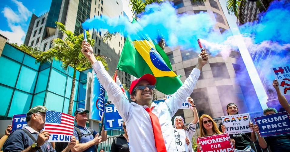 """29.out.2016 - Manifestantes fizeram um ato pró-Trump na av. Paulista, em São Paulo. """"A gente defende o Donald Trump porque defendemos o Brasil. A Hillary Clinton quer destruir a sociedade ocidental"""", afirmou ao UOL Paulo Eneas, um dos organizadores do evento"""