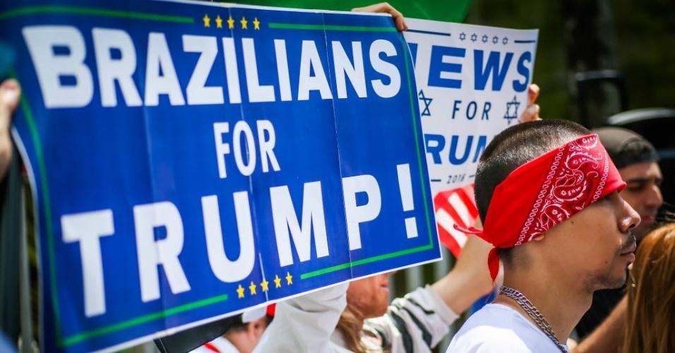 29.out.2016 - Manifestantes realizam ato a favor do candidato republicano à Presidência dos EUA Donald Trump, na avenida Paulista, em São Paulo