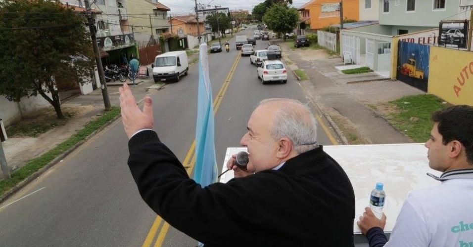 29.out.2016 - O candidato Rafael Greca (PMN) acena para apoiadores durante carreata no último dia de campanha antes do segundo turno das eleições em Curitiba