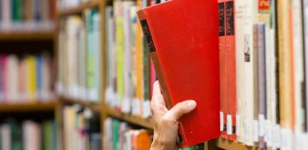 Prateleira de livros em biblioteca