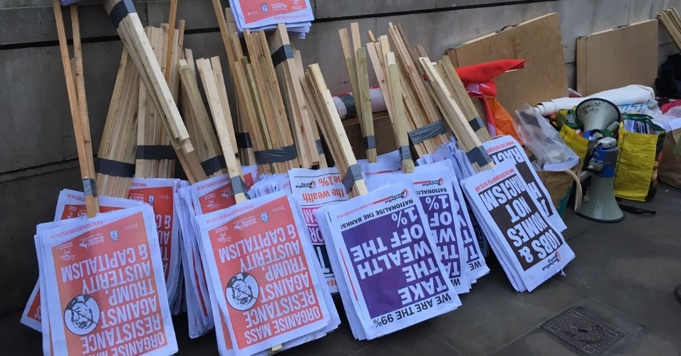 30.jan.2017 - Materiais de protesto contra o bloqueio de cidadãos de países muçulmanos e de refugiados nos EUA, em Londres