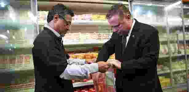 O ministro Blairo Maggi acompanha fiscalização em um supermercado de Brasília - José Cruz/Agência Brasil
