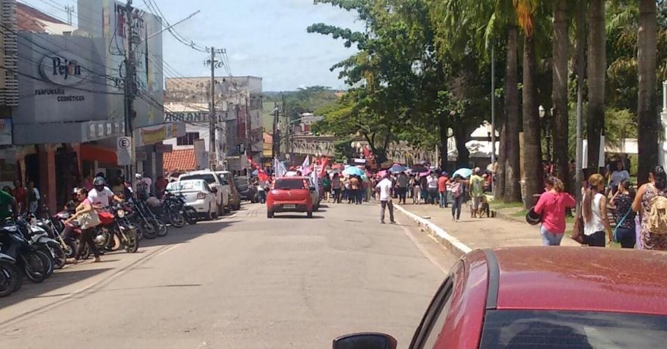 31.mar.2017 - Em Rio Branco, no Acre, manifestantes bloquearam o acesso à ponte Juscelino Kubitschek, mais conhecida como ponte metálica