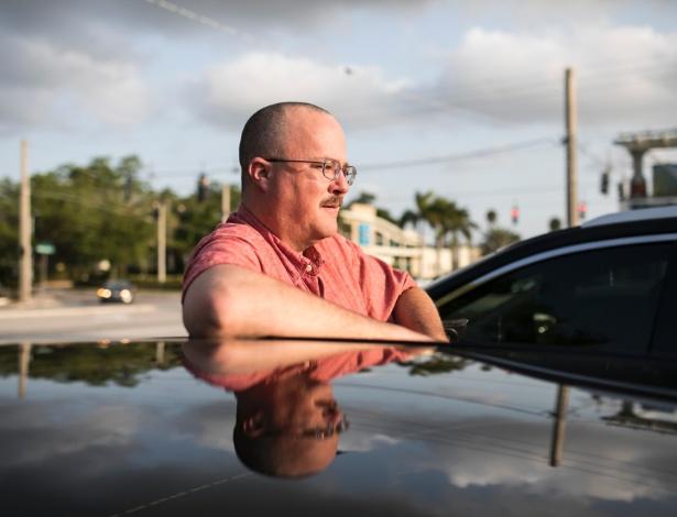 Scott Weber, motorista da Uber que diz que dirigia em tempo integral durante as semanas no ano passado mas custava a ter lucro, em Tampa, na Flórida
