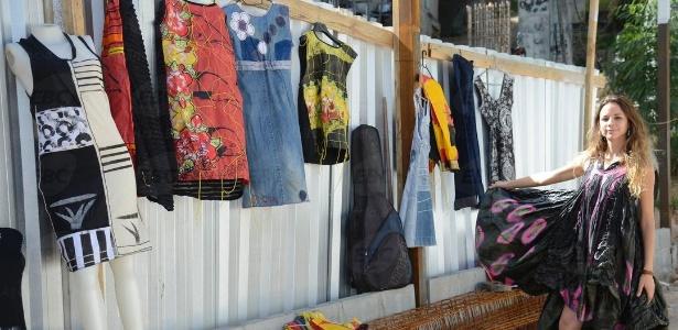 15.mai.2017 - Projeto De Olho no Lixo capacita moradores da comunidade da Rocinha para o reaproveitamento de resíduos sólidos na construção de instrumentos musicais e peças de vestuário