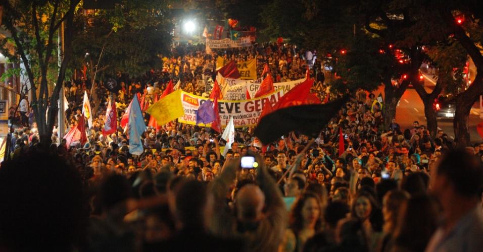 18.mai.2017 -  Manifestantes se concentram na Praça Sete, em Belo Horizonte (MG), em ato pedindo a saída de Michel Temer da presidência