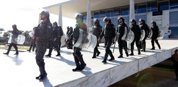 24.mai.2017 - Forças Armadas reforçam a segurança para conter os manifestantes no protesto contra o governo Michel Temer e as reformas da previdência e trabalhista