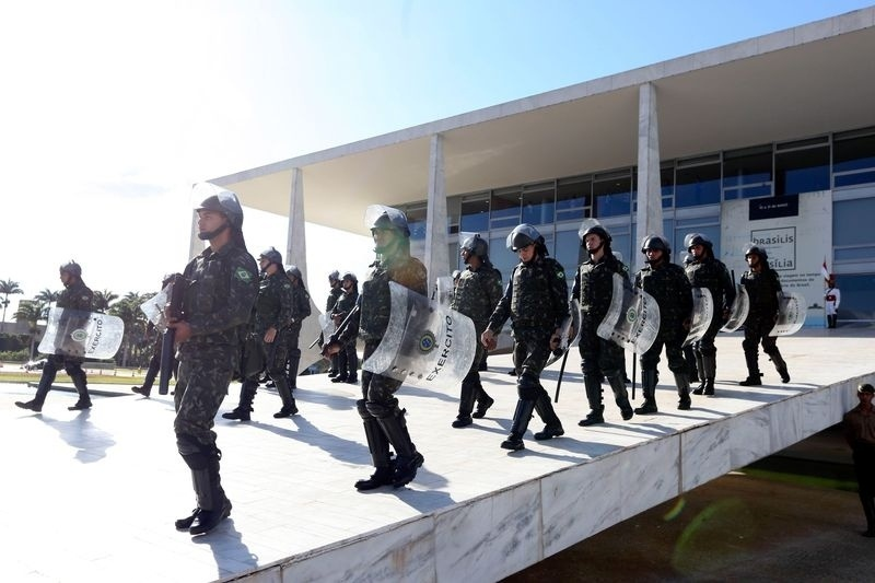 24.mai.2017 - Forças Armadas reforçam a segurança para conter os manifestantes no protesto contra o governo Michel Temer e as reformas da previdência e trabalhista, em Brasília