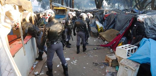 Policiais vasculham barracos montados na praça Princesa Isabel, a nova cracolândia de São Paulo