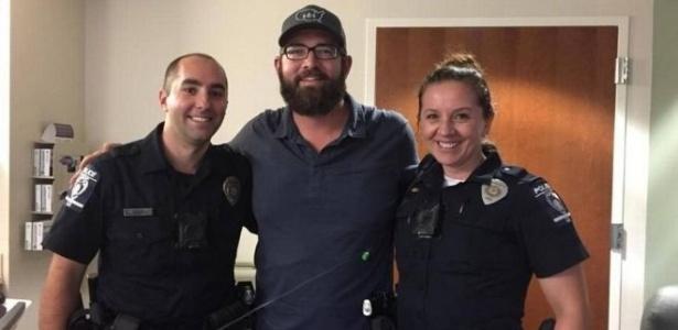John Ogburn abraça os policiais que o socorreram, em Charlotte, nos EUA